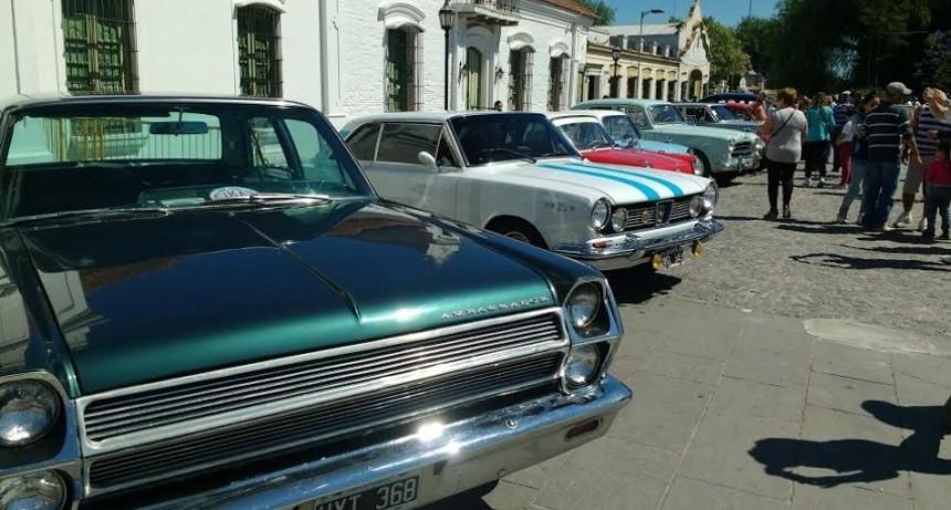Exponen autos antiguos en el Complejo Museográfico