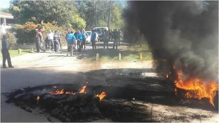 Con presencia policial y denuncias el paro de los municipales aumenta en tensión