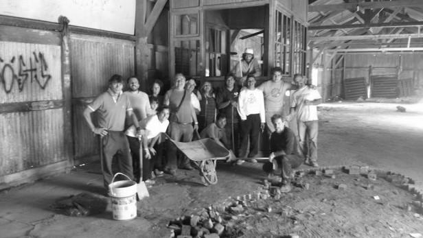 El grupo de teatro El Galpón realizó la primera jornada de limpieza del nuevo espacio