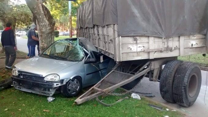 Acoplado impacta contra un auto estacionado. No hay heridos.
