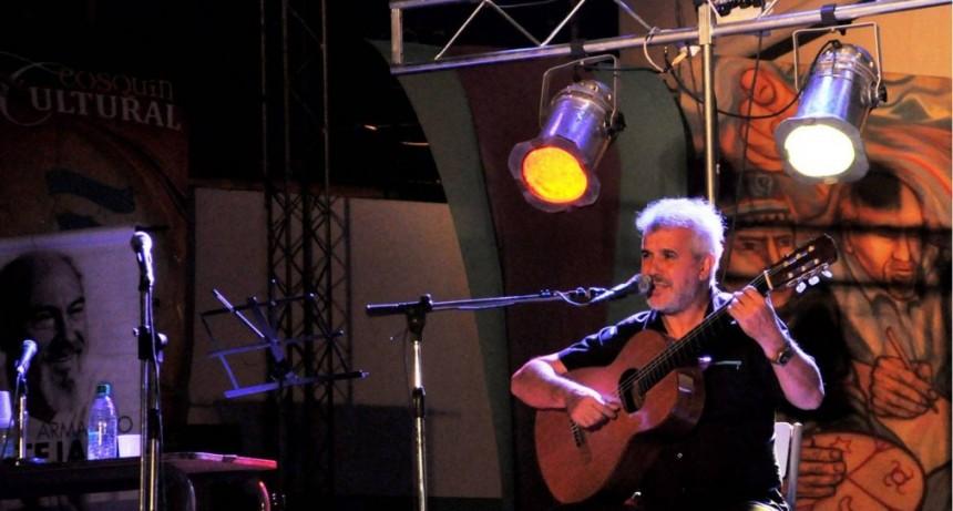 Roberto Calvo presentará sus temas, en solo de guitarra y en guitarra y voz.