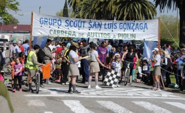 Se realizó una nueva edición de la tradicional carrera de autitos a piolín en Jáuregui.
