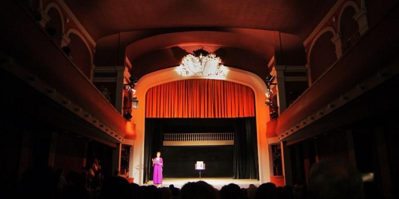 Espectáculo folklórico para adultos mayores en el Teatro Municipal