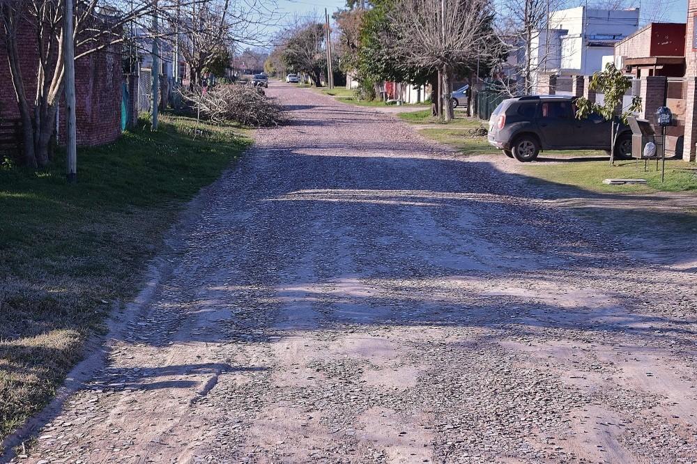 Colocan estabilizador iónico en calles de tierra