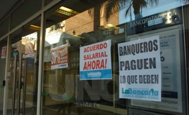 Bancarios reducen la atención en reclamo de reapertura de paritarias
