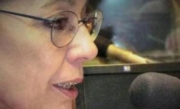"""Natalia espera que Bonadío termine de desayunar"""